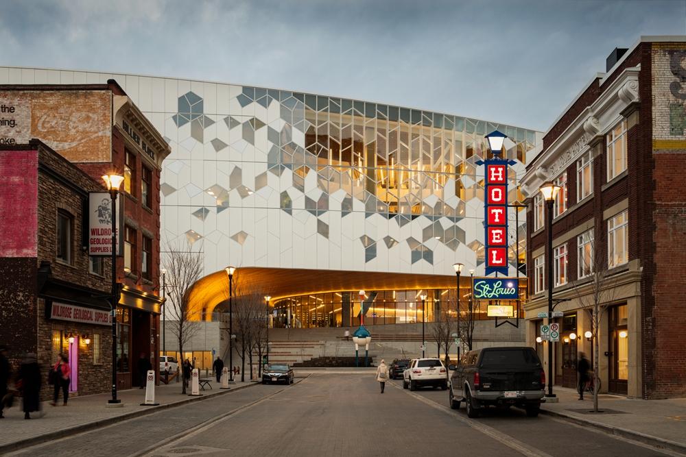 加拿大卡加利圖書館是建築也是隧道!挪威建築團隊Snøhetta打造飄在輕軌上的白色雲朵